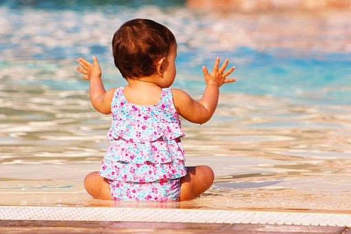 赤ちゃんの水遊びはいつからできる?注意点も合わせてご紹介します。